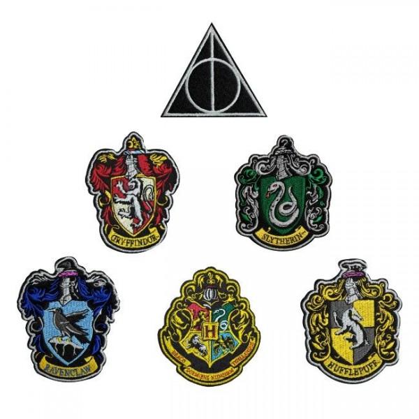 Offiziell lizenzierte, bestickte Aufnäher aus 100% Baumwolle, jeweils ca. 65 x 78 mm groß.\n\nDer Pack enthält folgende Aufnäher:\n\n- Gryffindor\n- Slytherin\n- Hufflepuff\n- Ravenclaw\n- Hogwarts\n- Deathly Hallows