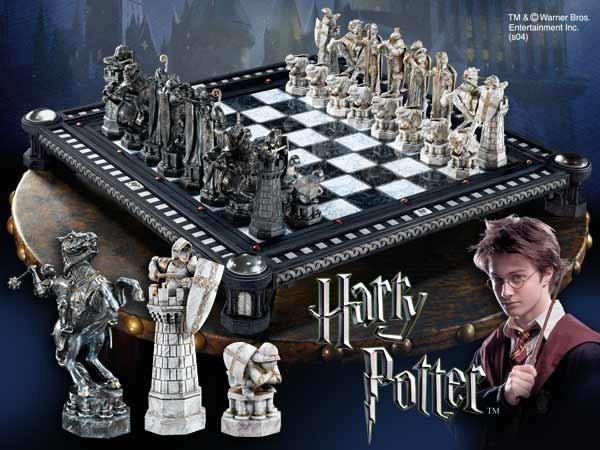 Eine bemerkenswerte Nachbildung des Schachspiels der letzten Herausforderung, bekannt aus dem Film ´Harry Potter und der Stein der Weisen´. Die 32 hochdetaillierten Schachfiguren sind zwischen 6 und 14 cm groß. Komplett wird das Set mit dem beeindruckende