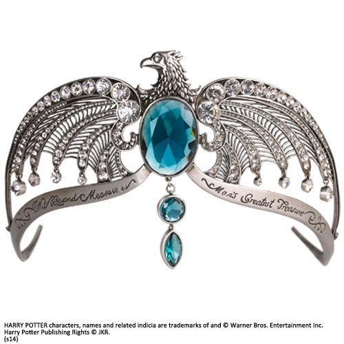 Zu Harry Potter kommt der Kopfschmuck von Rowena Ravenclaw. Das versilberte Diadem ist 35,5 x 13 x 5 cm groß und wird mit einem blauen Samtkissen in einer schicken Geschenkbox geliefert.