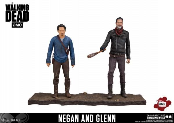 Zur TV Serie-Version von McFarlanes ´The Walking Dead´ Actionfiguren kommen diese detailreichen, voll beweglichen Actionfiguren von Negan & Glenn. Beide sind ca. 13 cm groß und werden zusammen mit weiterem Zubehör in einer Fensterbox geliefert.