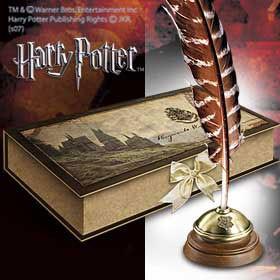 Originalgetreue Nachbildung einer typischen Schreibfeder aus den Harry Potter Filmen, wie sie in der Zauberschule Hogwarts zu sehen sind.Die Feder in Originalgroesse kommt in einer edlen Geschenkbox, zusammen mit einem Tintenfaesschen.
