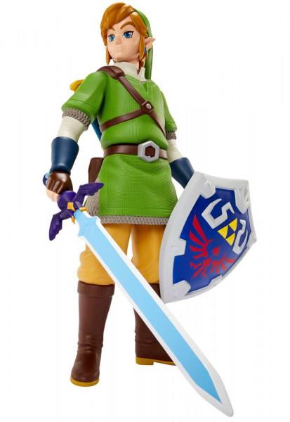 """Zum Videospiel """"The Legend of Zelda: Skyward Sword"""" kommt diese detailreiche Actionfigur von Link. Sie ist gigantische 50 cm groß, verfügt über 7 Artikulationspunkte und kommt mit weiterem Zubehör."""