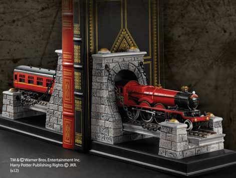 Bitte einsteigen und die Türen schliessen. Nächster Halt - Hogwarts!Noble Collection präsentiert das detailreiche Buchstützen-Set! Die schweren ´Hogwarts Express´ Buchstützen aus hochwertigem Polystone sind ca. 19 cm breit und 14 cm hoch.Die Buchstützen b