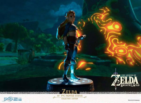 """Zum Videospiel-Kracher """"The Legend of Zelda: Breath of the Wild"""" präsentiert First 4 Figures diese detailreiche Statue von Zelda.<br /><br />Die aus hochwertigem PVC gefertigte Statue ist ca. 25 cm groß und wird mit passender Base in einer bedruckten Fens"""
