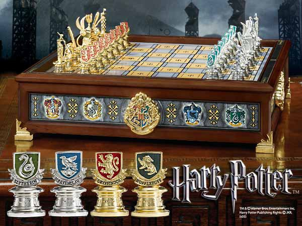 Eindrucksvolles Schachspiel in den Massen 30x30cm, teilweise vergoldet.<br /><br />Beschreibung des Herstellers:<br /><br />A unique and striking chess set that allows players to choose their favorite Hogwarts House as their team. Play Gryffindor vs. Slyt