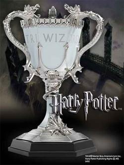 Originalgetreue Nachbildung des Trimagischen Pokals aus Druckguss-Metall und Zinn. Der Pokal ist ca. 20 cm gross.<br /><br />Beschreibung des Herstellers:<br /><br />A recreation of the Triwizard cup from Harry Potter and the Goblet of Fire. Made of die c