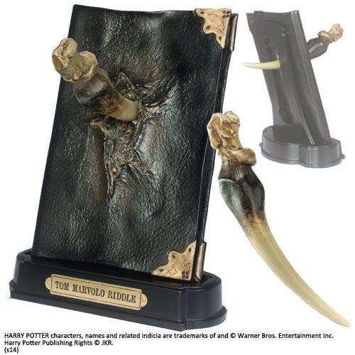 Dies ist eine originalgetreue Nachbildung des Tagebuches von Tom Riddle aus ´Harry Potter´. Die hochwertige Replik wurde aus Resin gefertigt und ist ca. 23 cm hoch. Kommt mit einem abnehmbaren Basilisk-Reißzahn.