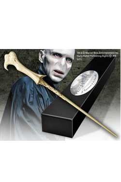 Die originalgetreue Nachbildung des Zauberstabs kommt in einer schicken Geschenkbox!<br /><br />Features:<br /><br />- handbemalte Nachbildung aus der Charakter Edition<br />- inkl. Namenschild für Wandhalterung<br />- Lieferung in Sammlerbox<br />- Cold