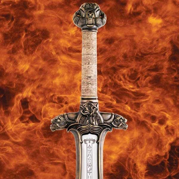 Aus 1085 Hartstahl handgeschmiedet und gehärtet auf 52 Rockwellstärke wurde dieses Schwert fachmännisch von den Meistern von Windlass Steelcrafts reproduziert und ist eine exakte Replik des Schwertes aus dem Film. Von den komplizierten Details auf der Par