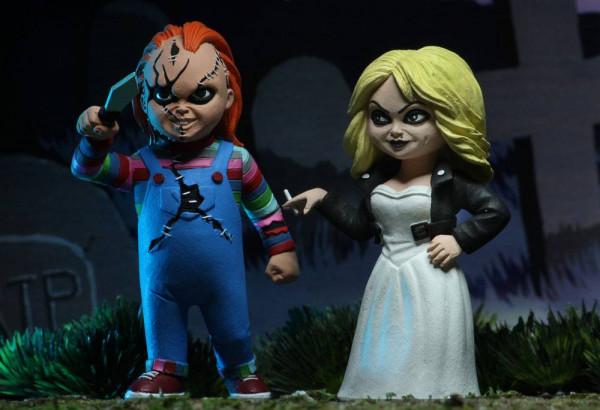 """Zur Horrorkomödie """"Chucky und seine Braut"""" kommen diese detailreichen Actionfiguren von Chucky und Tiffany aus NECA's """"Toony Terrors""""- Reihe. Sie sind ca. 15 cm groß und werden zusammen in einer Blisterverpackung geliefert."""