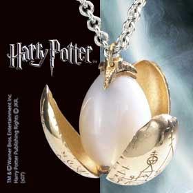 Miniatur des Goldenen Eies als elegante Kette. Wie Bluetenblaetter einer goldenen Blume entfaltet sich der edle Anhaenger. Der edle Harry Potter Schmuck kommt in einer Geschenkbox aus Holz.Material: 24 Karat vergoldete BluetenblaetterKettenlaenge: 50 cm