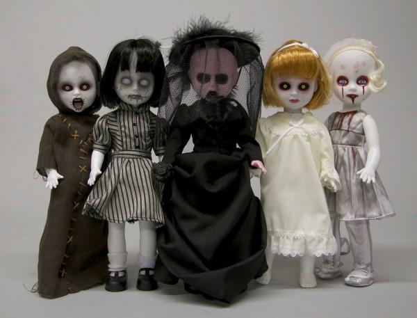 Die Living Dead Dolls Serie von Mezco Toys geht in die 29. Runde. Die Puppe ist ca. 25 cm groß und wird einzeln verpackt in einer Fenster Box (Sargform) geliefert.  Inhalt: - She Who Can Not Be Named