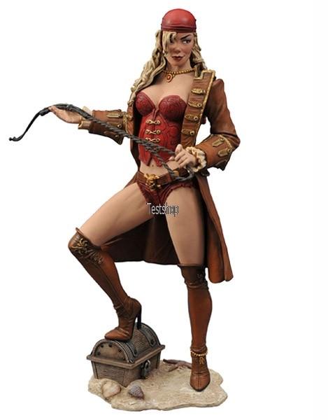 Aus Diamond´s ´Femme Fatales´ Reihe kommt diese aufreizende PVC Statue der legendären Piratenbraut Anne Bonny, der ersten Veröffentlichung zur ´Calico Jack´s Pirate Raider´-Serie. Sie ist ca. 23 cm groß, wurde von Jean St. Jean skulptiert und wird mit in