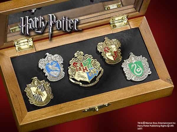 Dieses exklusive Set beinhaltet die Wappen der Haeuser von Hogwarts als aufwendige Pins. Vertreten sind die vier Pins von Gryffindor, Slytherin, Ravenclaw und Hufflepuff, dazu kommt noch der Hogwarts Pin, der alle vier Wappen vereint.Die handemaillierten