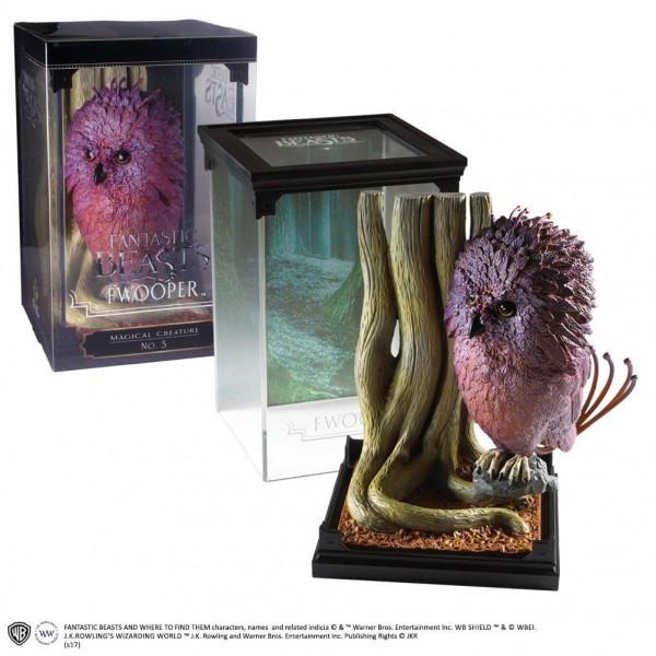 Noble Collection präsentiert ihre neue Magical Creatures -Reihe mit detailreichen Statuen und Dioramen aus dem Film Phantastische Tierwesen.Das Sammlerstück wurde aus hochwertigem Resin gefertigt, ist ca 18 cm groß und wird inklusive Base in einer bedruck