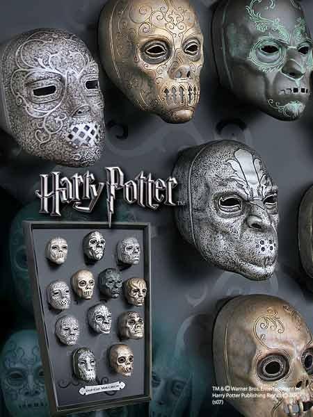 Auf dieser dekorativen Wandtafel aus Holz sind die Miniatur-Nachbildungen von 12 Masken der Todesser aus den Harry Potter Filmen zu sehen.Jede detailreiche Maske ist ca. 7,5cm gross.