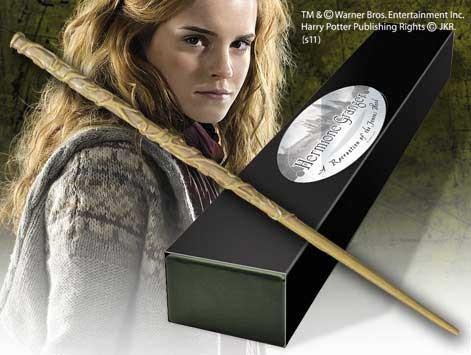 Die originalgetreue Nachbildung des Zauberstabs kommt in einer schicken Geschenkbox!Features:- handbemalte Nachbildung aus der Charakter Edition- inkl. Namenschild für Wandhalterung- Lieferung in Sammlerbox- Cold Cast - spezieller Kunststoff