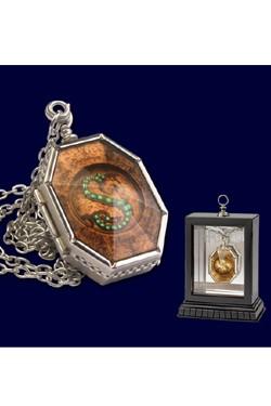 Eine sehr authentische Replik inklusive einer dekorativen verspiegelten Holzbox, in der dieses schöne Stück stilvoll präsentieren werden kann. Das Medaillon ist aufklappbar.<br /><br />- Medaillon mit dem Zeichen der Slytherins<br />- inkl. hölzerner Präs