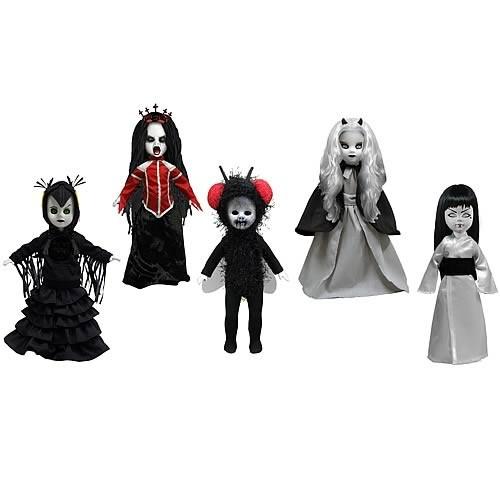 Die 26, Serie der beliebten Living Dead Dolls von Mezco Toys steht ganz im Zeichen der Hexen! Jede Puppe ist ca. 25 cm groß und wird einzeln verpackt in einer Fenster Box in Sargform geliefert Inhalt: Samhain, Beltane, Holle Katrina, Lamenta und Lammas.